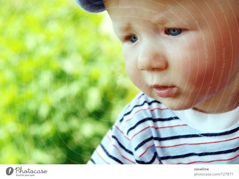 MiniDenker Baby Kind skeptisch Kleinkind Mütze gestreift Augenbraue herausfordernd Gnom süß Porträt Gesichtsausdruck Trauer Blick Junge frech Ohr Kobold Zweifel