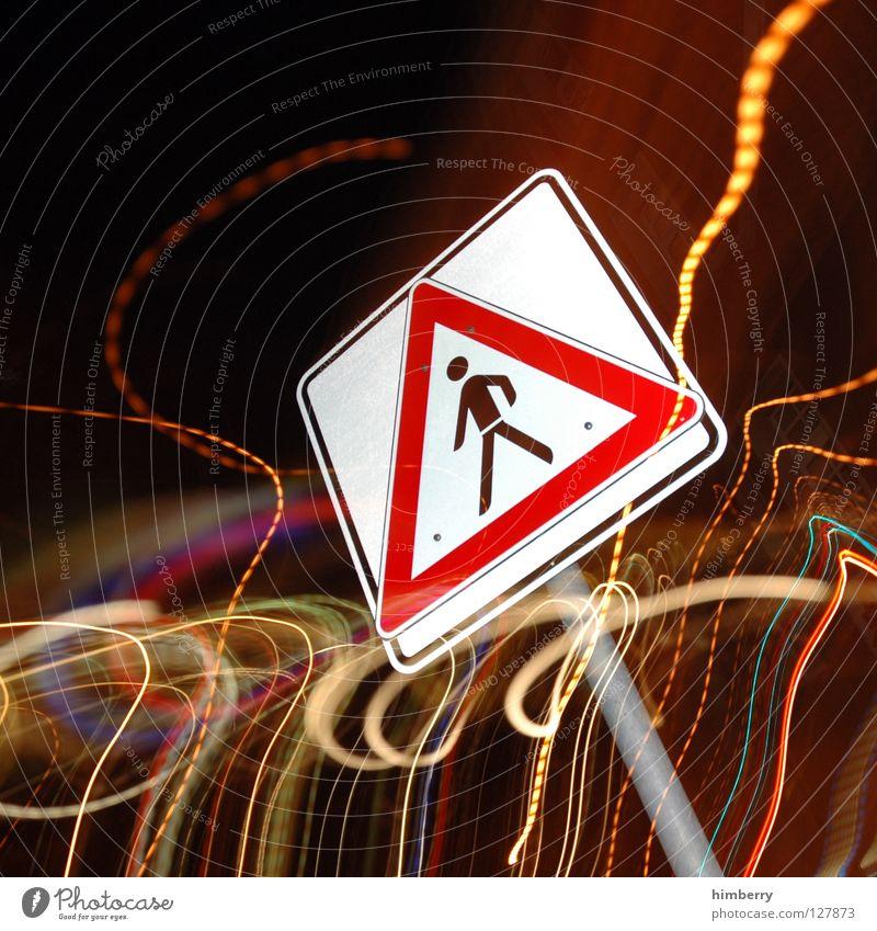 I walk the line Mensch rot PKW Lampe gehen Schilder & Markierungen Verkehr gefährlich Streifen bedrohlich Pfeil Stadtleben Blitze Verkehrswege Warnhinweis