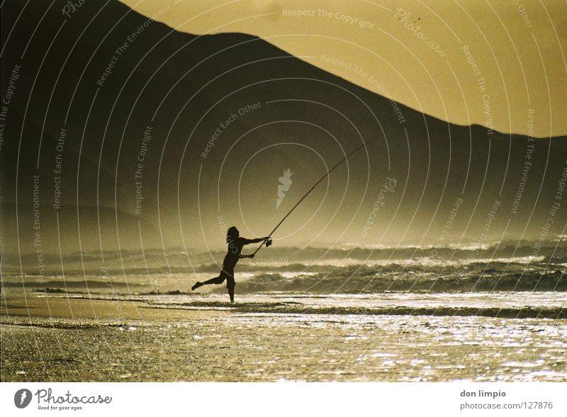 ballerienas go fishing! Angler Fuerteventura Abend Meer Wellen Gegenlicht analog Europa playa de cofete