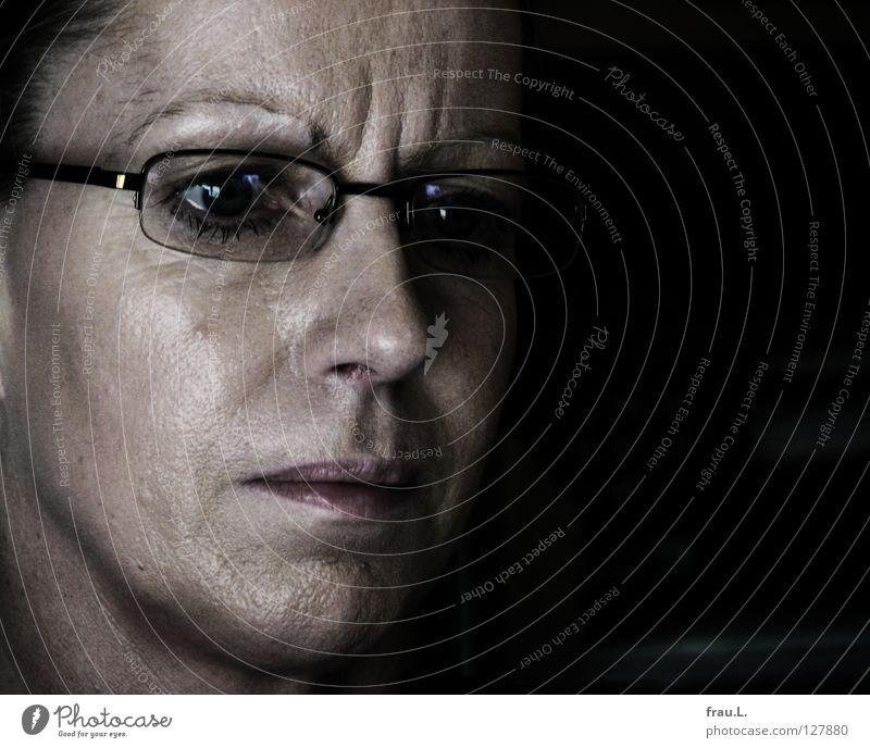 Konzentration Frau Mensch Gesicht Auge Arbeit & Erwerbstätigkeit glänzend Brille Beruf Müdigkeit Falte Bildschirm ernst skeptisch sensibel Büroangestellte