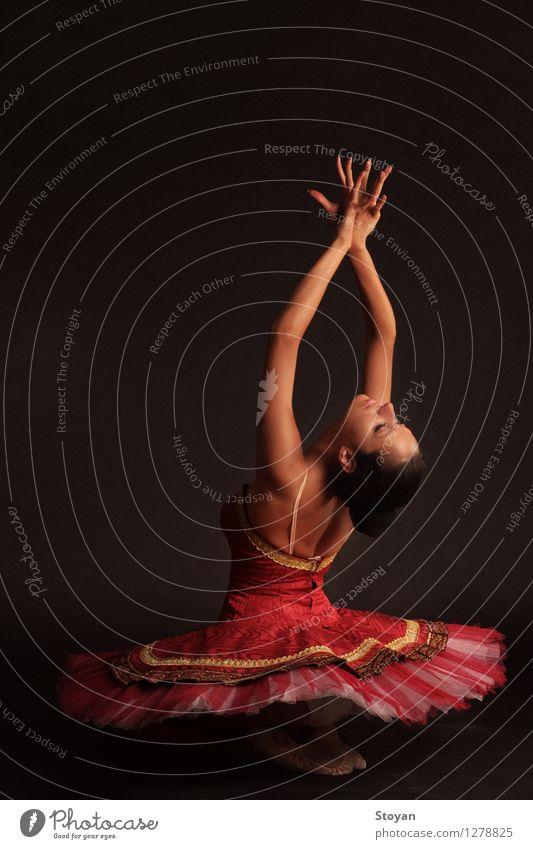 Ballerina (Porträt einer Frau mit rotem Kleid) Junge Frau Jugendliche 1 Mensch 13-18 Jahre Kind Kunst Tänzer Balletttänzer Sofia Bulgarien Bulgaren Europa