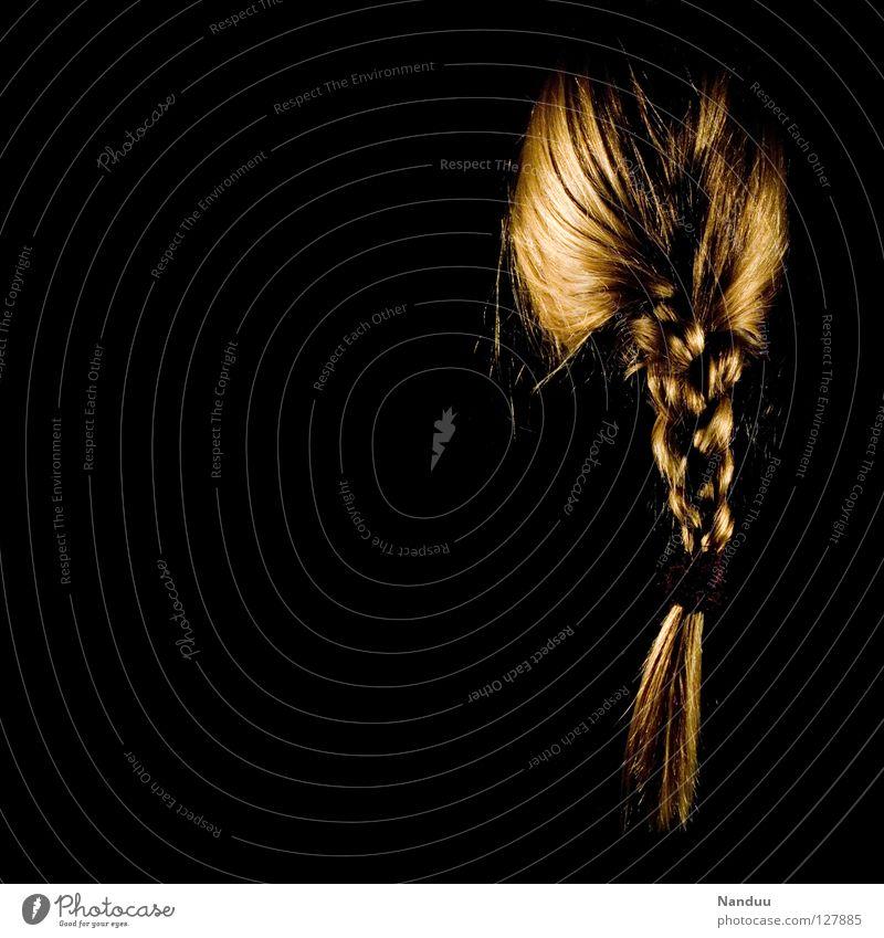 Verzopft Zopf Haare & Frisuren zusammengebunden Low Key dunkel Frau feminin schwarz blond Haarwaschmittel zerzaust unordentlich Perücke Dienstleistungsgewerbe
