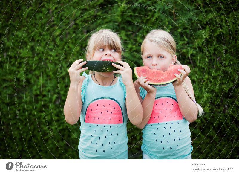 funny melons :D feminin Kind Mädchen Geschwister Schwester Kindheit 2 Mensch 3-8 Jahre beobachten Essen Blick blond frech Freundlichkeit Fröhlichkeit frisch