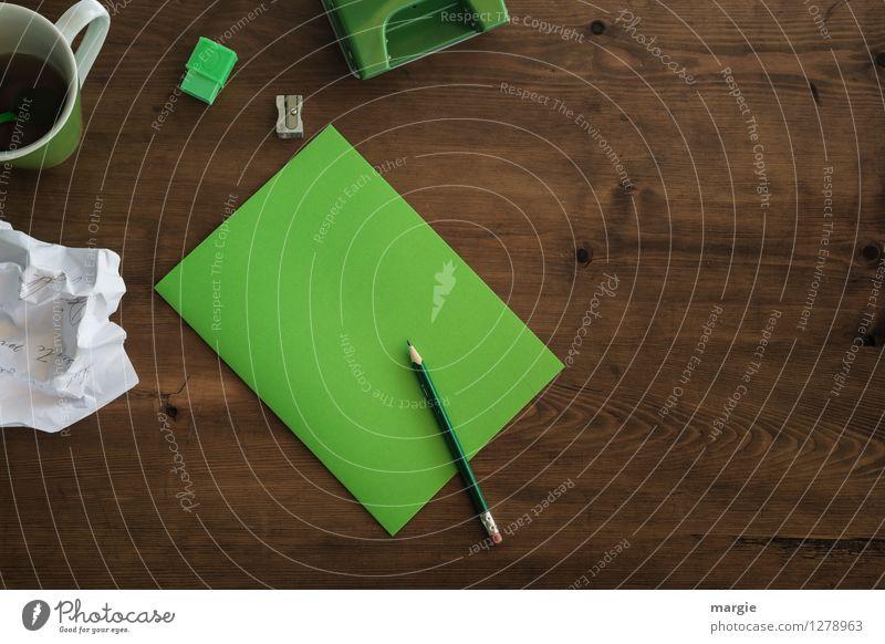 Grünes Büro:  Zettel mit Bleistift, Radiergummi, Spitzer, Locher und eine Tasse Kaffee Getränk Heißgetränk Schreibtisch Tisch Schule Arbeit & Erwerbstätigkeit
