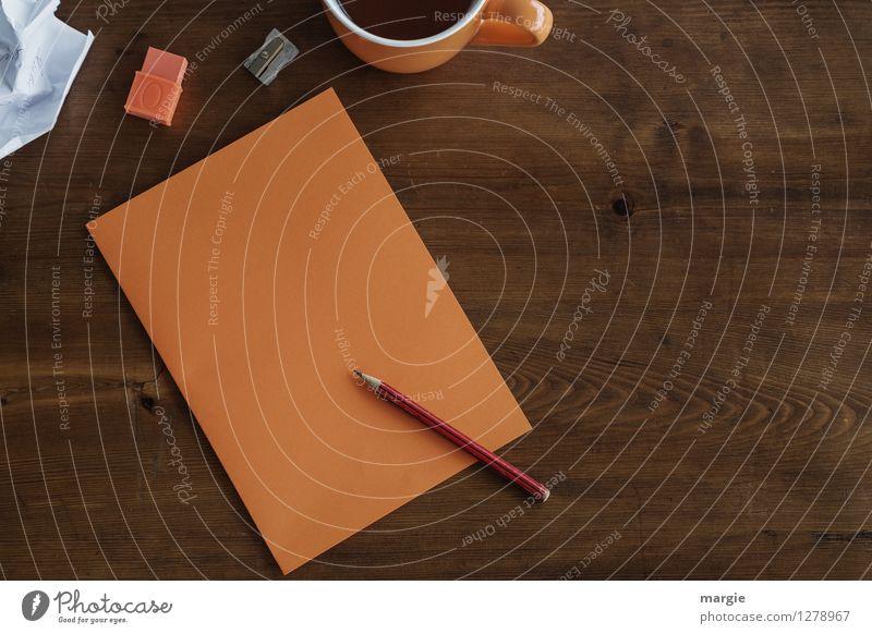Oranges Büro: Zettel mit Bleistift, Radiergummi und eine Tasse Kaffee Heißgetränk Tee Schreibtisch Tisch lernen Lehrer Berufsausbildung Büroarbeit Arbeitsplatz