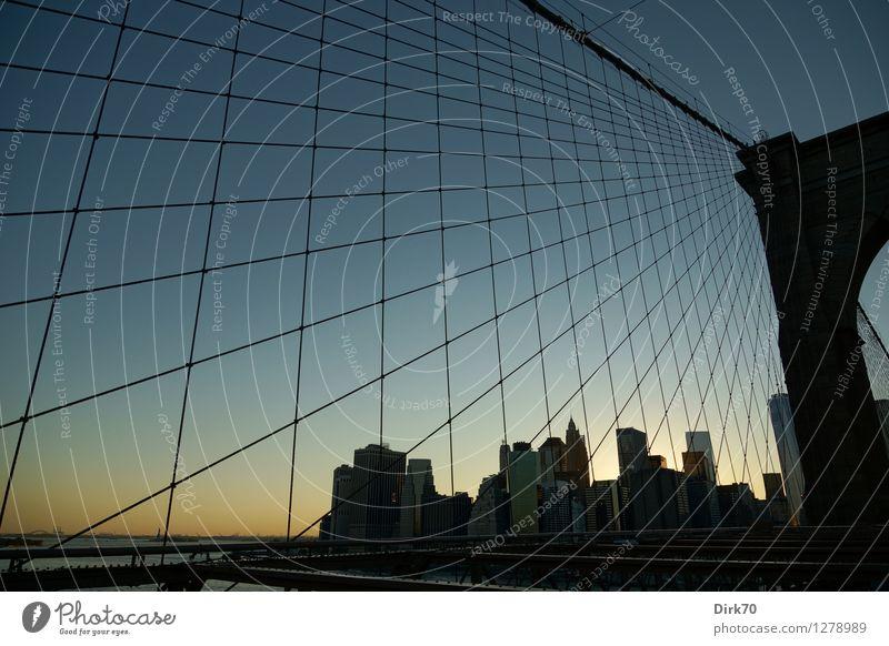 Lower Manhattan Skyline II Linie Business leuchten Wachstum Erfolg ästhetisch Perspektive Zukunft Brücke Schönes Wetter Macht Netzwerk Geldinstitut Wirtschaft