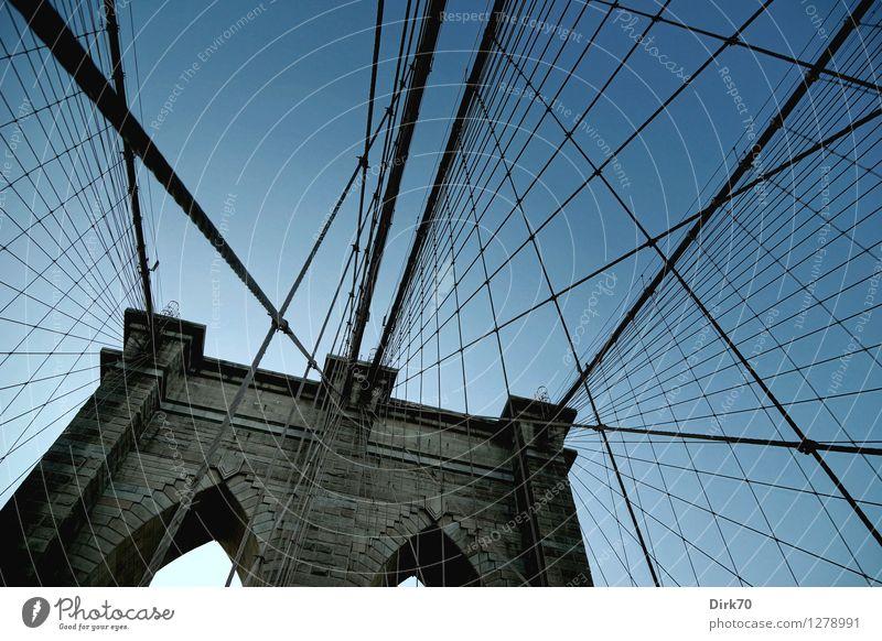 Spielplatz für Kletterkünstler IV Ferne Sightseeing Sommer Schönes Wetter Brooklyn New York City Manhattan Brücke Bauwerk Hängebrücke Neogotik Brückenpfeiler