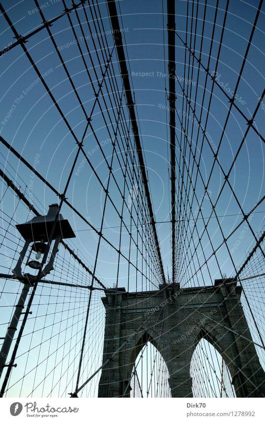 Spielplatz für Kletterkünstler III Wolkenloser Himmel Schönes Wetter Manhattan Brooklyn Stadtzentrum Brücke Bauwerk Brückenpfeiler Bogen Neogotik Wahrzeichen