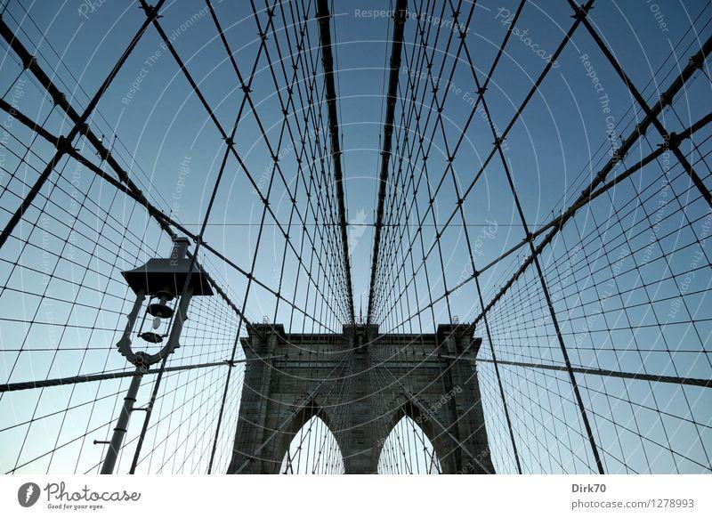 Spielplatz für Kletterkünstler II Tourismus Ferne Freiheit Städtereise Wolkenloser Himmel Schönes Wetter New York City Manhattan Stadtzentrum Brücke Wahrzeichen