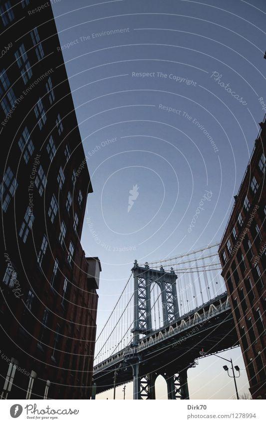 Manhattan Bridge, klassische Perspektive Tourismus Städtereise Güterverkehr & Logistik Wolkenloser Himmel Sommer Schönes Wetter Menschenleer Fabrik Brücke