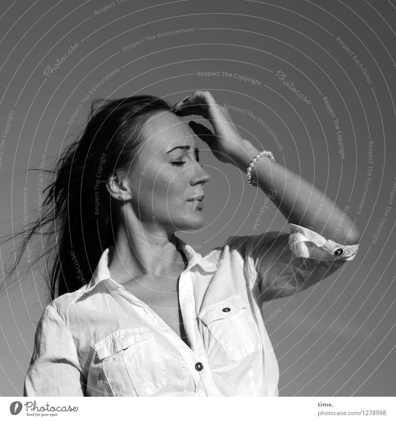 Nastya feminin 1 Mensch Himmel Sommer Schönes Wetter Hemd Schmuck schwarzhaarig langhaarig genießen träumen schön Leben Müdigkeit Schmerz Sehnsucht Heimweh