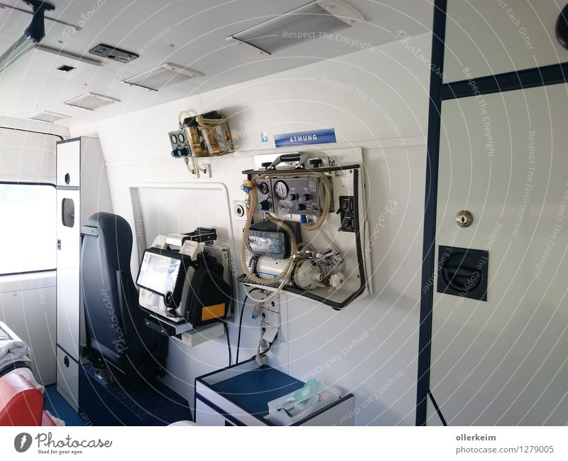 Rettungswagen - RTW innen Berufsausbildung Praktikum Arzt Arbeitsplatz Krankenhaus Rettungsgeräte Krankenwagen Gesundheitswesen Business Unternehmen Team