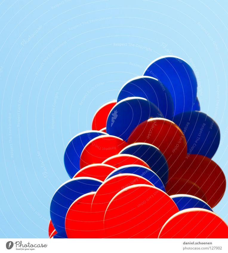 Ballons über Freiburg Luftballon rund Party zyan rot hell-blau Gegenlicht Geburtstag Himmel Wetter Kugel usertreffen photocase Feste & Feiern nette leute bit.it