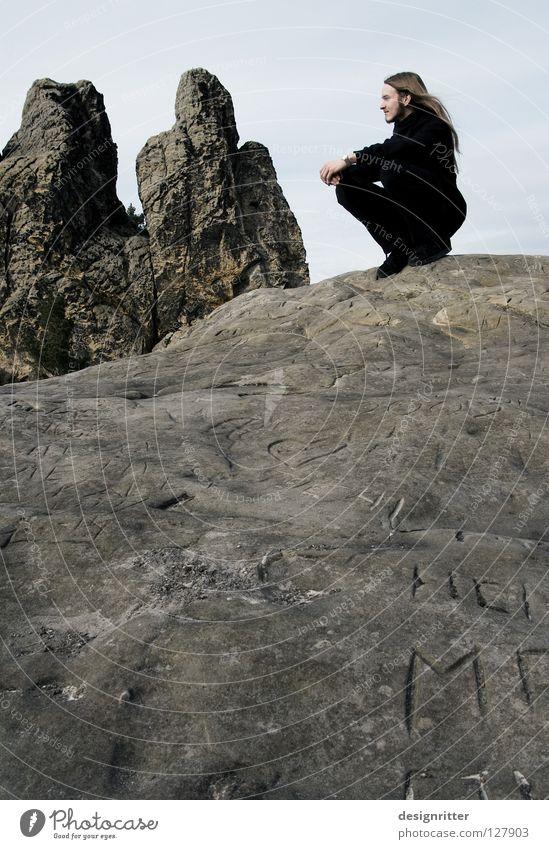 Alte Freunde Mensch Mann alt ruhig schwarz Einsamkeit kalt Tod Berge u. Gebirge Stein Wege & Pfade Denken Felsen Schriftzeichen Frieden einzigartig