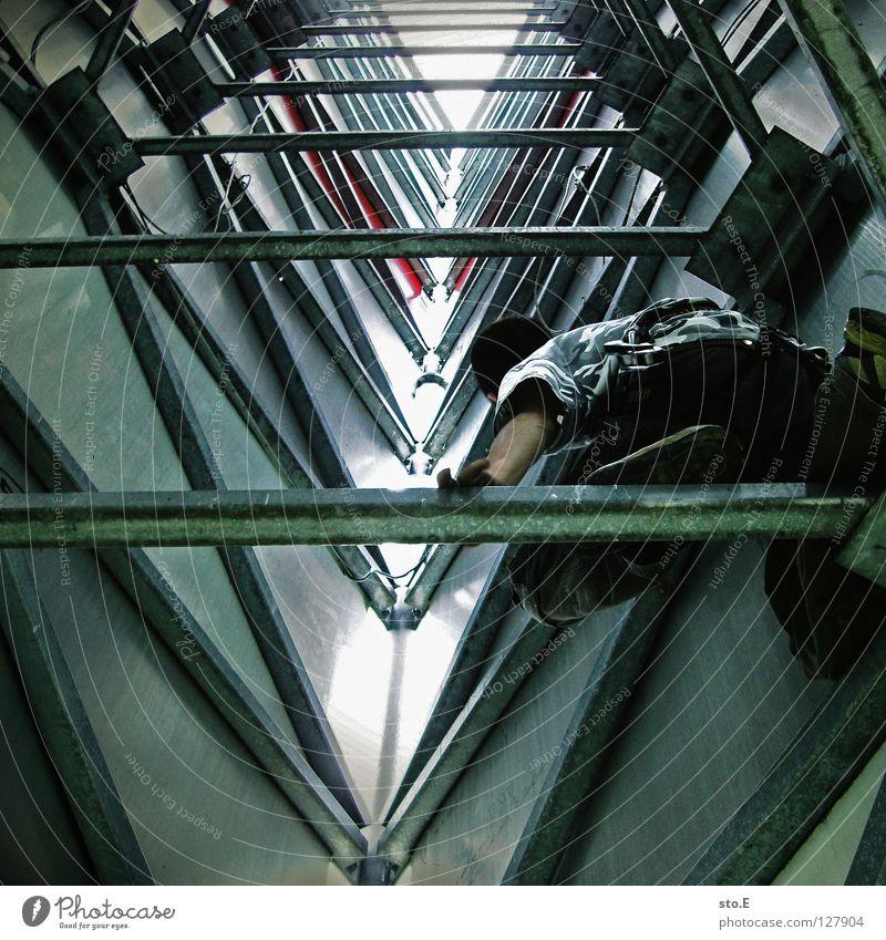 hohe ziele Mensch Himmel Wolken Feste & Feiern Schilder & Markierungen gefährlich Seil Aktion Turm Klettern Schutz Geländer sportlich Typ Freak Parkplatz