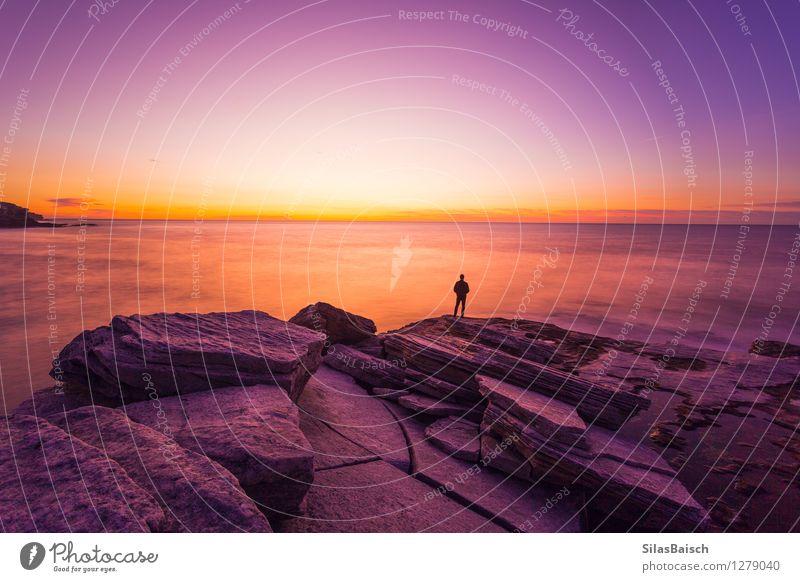 Sonnenaufgang über dem Ozean Mensch Natur Ferien & Urlaub & Reisen Mann Sommer Meer Landschaft Ferne Strand Erwachsene Küste Freiheit Stimmung Felsen Tourismus