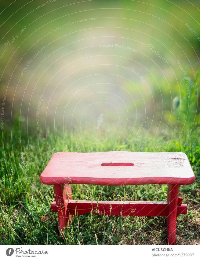 Rote Hocker auf Grass Hintergrund Natur grün Sommer Erholung Landschaft Haus Frühling Stil Hintergrundbild Holz Garten Lifestyle Park Design Freizeit & Hobby