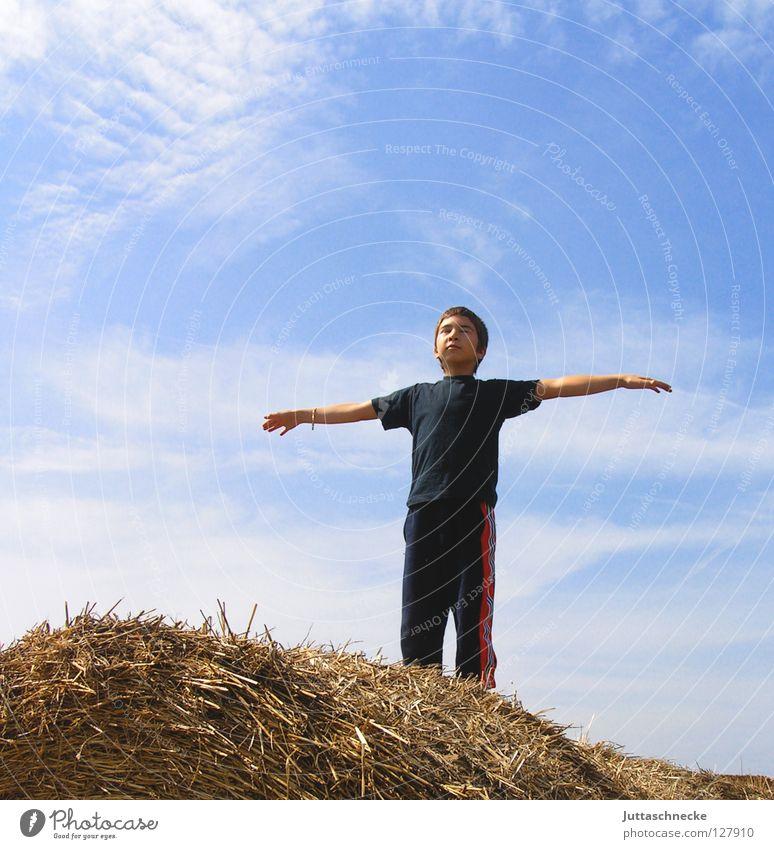 Ooooooooooooooooooooooooooooooooooooom Junge Kind Heuballen Stroh beruhigend Frieden ausgestreckt Meditation Rede Froschperspektive Gedanke Denken Yoga