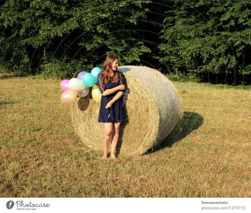 Sommerzeit Freude feminin Junge Frau Jugendliche 18-30 Jahre Erwachsene Natur Baum Wiese Feld Wald Kleid Luftballon entdecken genießen Lächeln träumen frei