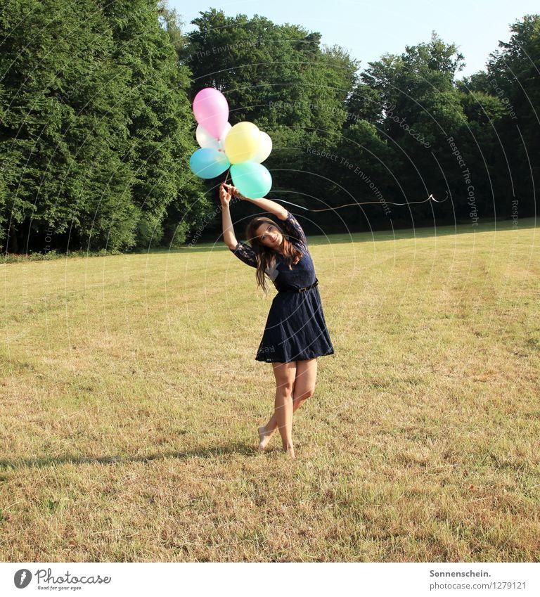 Mädchen mit Luftballons feminin Junge Frau Jugendliche Körper 18-30 Jahre Erwachsene Natur Landschaft Wiese Feld Kleid Bewegung fliegen genießen stehen Tanzen