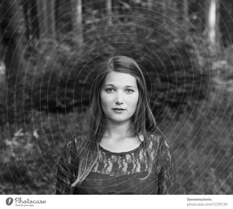 Mädchen mit langem Haar Mensch Natur Jugendliche Junge Frau ruhig 18-30 Jahre Wald Gesicht Erwachsene natürlich feminin Haare & Frisuren elegant Kraft