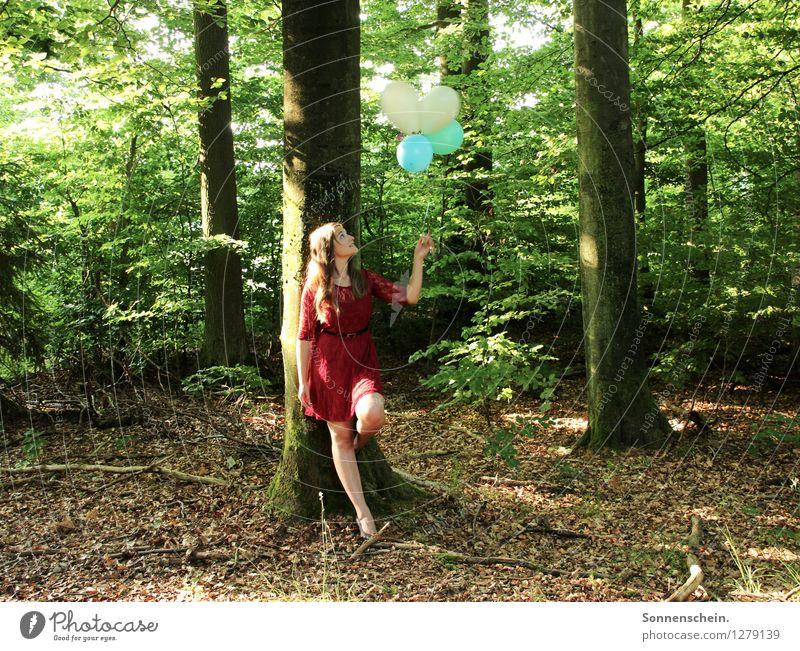 Waldgeflüster Natur Jugendliche grün Farbe Sommer Junge Frau Baum rot 18-30 Jahre Erwachsene Leben natürlich feminin Freiheit Zufriedenheit