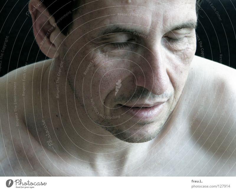 Wimpernschlag Mensch Mann Gesicht ruhig Auge nackt geschlossen Müdigkeit Bart Schulter Hals bleich Wimpern attraktiv Bartstoppel Sehne