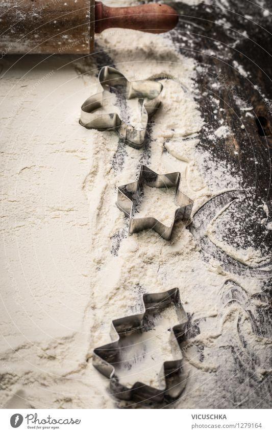 Plätzchen Ausstechformen auf Mehl Weihnachten & Advent dunkel Stil Hintergrundbild Feste & Feiern Lifestyle Lebensmittel Design Ernährung Tisch Dinge Kochen & Garen & Backen retro Küche Bioprodukte Tradition