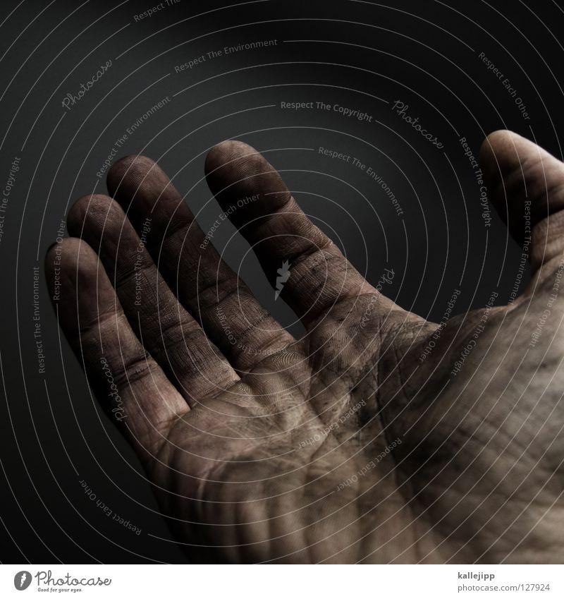 nichts Männerhand dreckig Bildausschnitt Anschnitt betteln Armutsgrenze Hilfsbedürftig Hilfesuchend leer Mitgefühl Vor dunklem Hintergrund Sklavenarbeit
