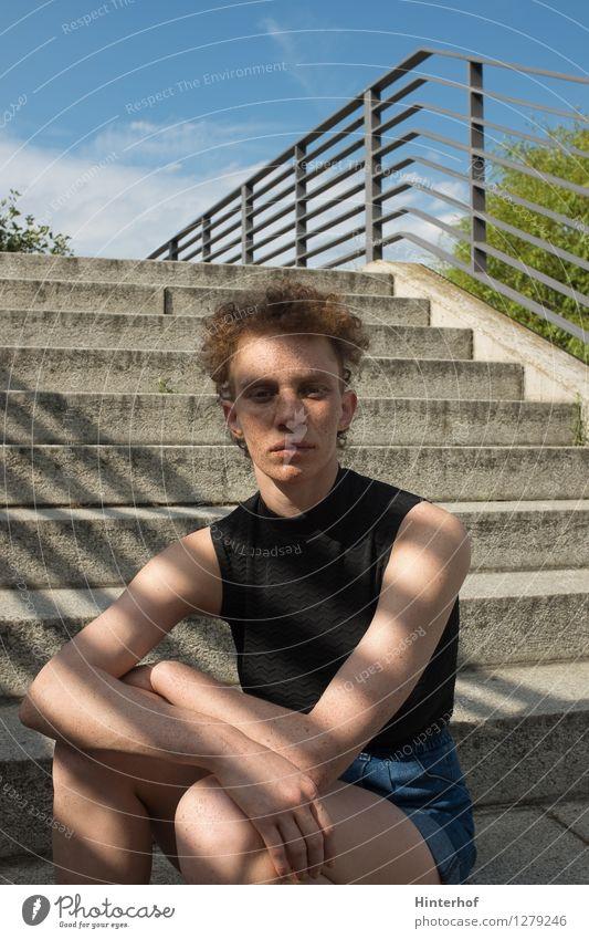 Portrait auf der Treppe Lifestyle Mensch feminin androgyn Junge Frau Jugendliche 1 18-30 Jahre Erwachsene 30-45 Jahre Stadt Architektur rothaarig ästhetisch