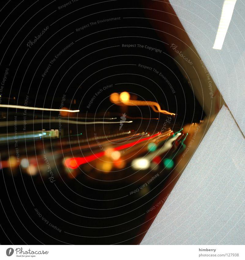 flucht nach vorne Gleise Andreaskreuz Lampe Stadtleben Blitze Elektrizität Kraft Zoomeffekt Belichtung Langzeitbelichtung Starkstrom Eisenbahn Nacht gefährlich