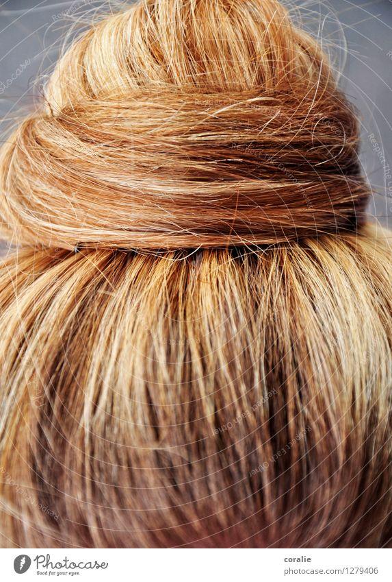 verknotet Junge Frau Jugendliche Haare & Frisuren blond schön Knoten Haarsträhne gedreht wickeln fein Ordnung feminin aufräumen aufgewickelt natürlich Haarfarbe