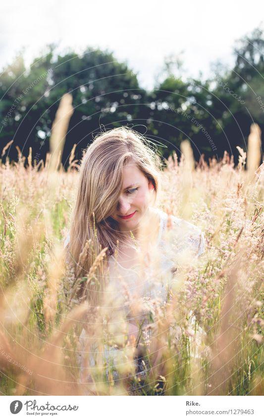 Sommerglück. Mensch Natur Ferien & Urlaub & Reisen Jugendliche Pflanze Junge Frau schön Sonne Landschaft Erholung ruhig 18-30 Jahre Erwachsene Umwelt Wärme