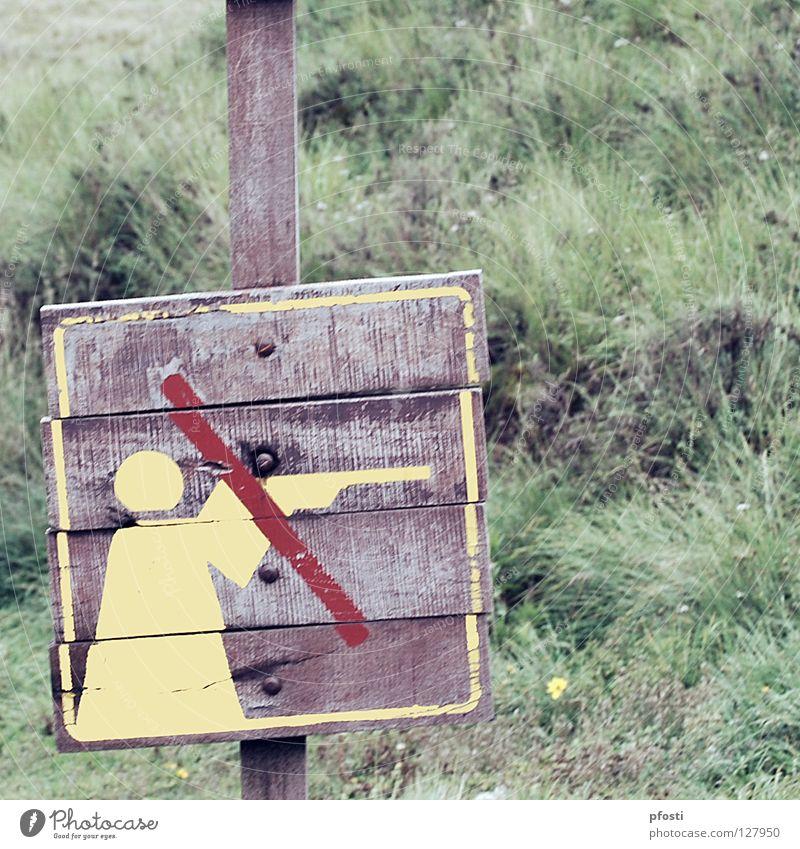 Leben und leben lassen! Jäger Tier Gewehr Verbote Park Nationalpark Tierschutz Verbotsschild Holz Wildnis Lebensraum töten schießen zielen ankern braun grün