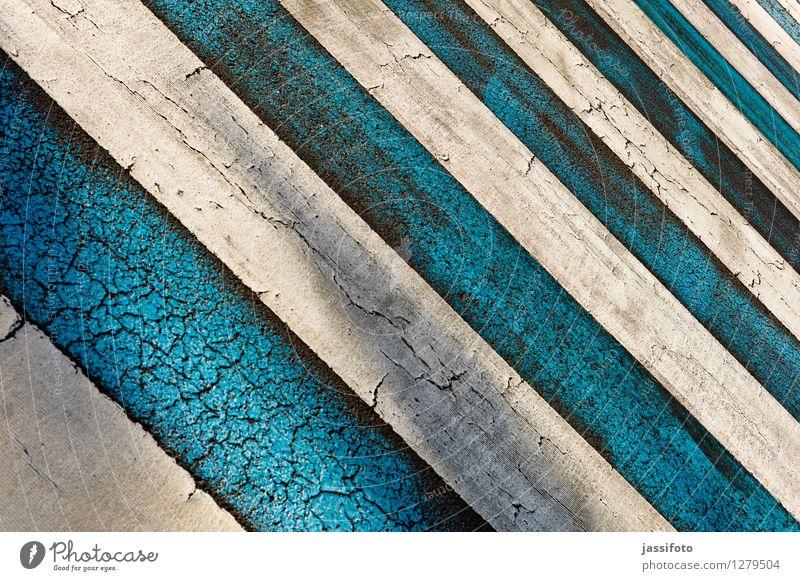Zebrastreifen Stadt blau weiß Schilder & Markierungen Zeichen Streifen Neigung Asphalt Geometrie diagonal gestreift parallel Fahrbahn Fahrbahnmarkierung