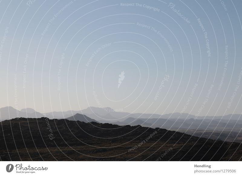 Bergrücken Umwelt Natur Landschaft Urelemente Erde Höhenangst Abenteuer Atlas Berge u. Gebirge Afrika Marokko Himmel blau schwarz grün ruhig Gesteinsformationen