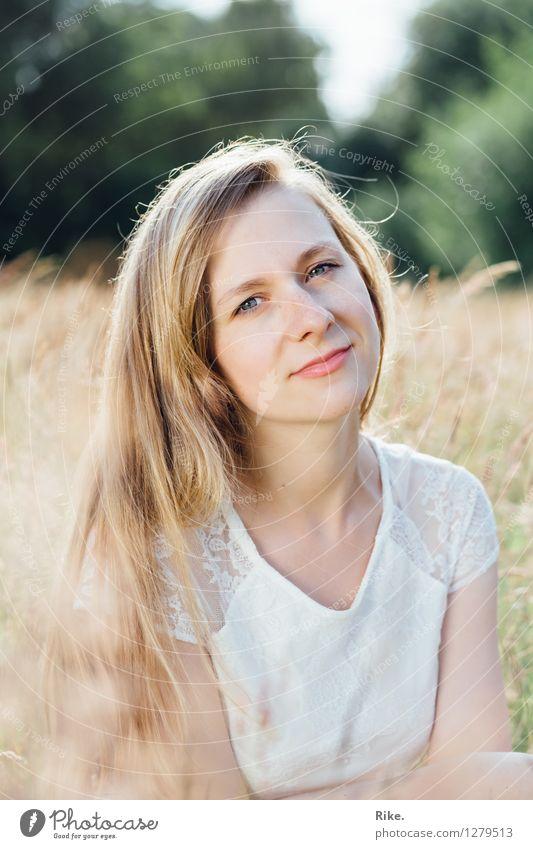 Sommerportrait. schön Mensch feminin Junge Frau Jugendliche Erwachsene Gesicht 1 13-18 Jahre Natur Feld blond langhaarig Erholung Lächeln träumen Freundlichkeit