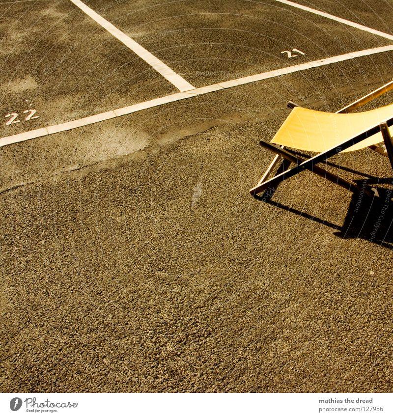 SONNENPLÄTZE Platz Strukturen & Formen Parkplatz Rechteck Streifen Asphalt Teer hart Pore schwarz Parkhaus Liegestuhl bequem Sommer Holz gelb Einsamkeit kalt