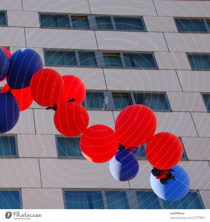 Ballons über Freiburg 3 blau rot Party Feste & Feiern Freizeit & Hobby Hochhaus rund Luftballon Kugel Plattenbau zyan hell-blau Freiburg im Breisgau