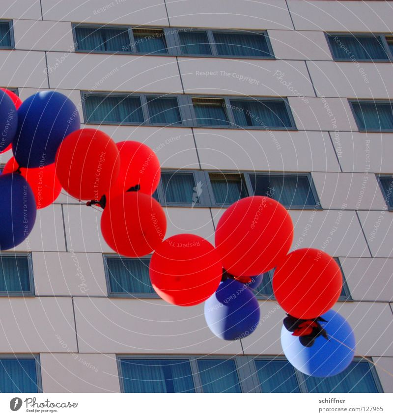 Ballons über Freiburg 3 Luftballon rund Party zyan rot hell-blau Hochhaus Freizeit & Hobby Freiburg im Breisgau Kugel usertreffen photocase Feste & Feiern