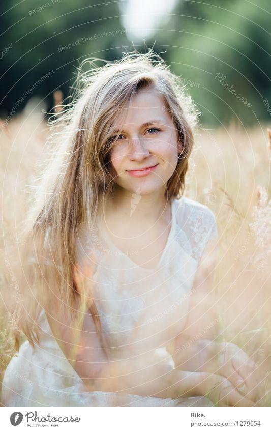 Natürlichkeit. Mensch feminin Junge Frau Jugendliche Erwachsene Gesicht 1 13-18 Jahre 18-30 Jahre Umwelt Natur Landschaft Sommer Feld Kleid blond langhaarig
