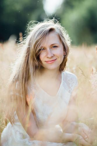 Natürlichkeit. Mensch Natur Jugendliche schön Sommer Junge Frau Erholung Landschaft 18-30 Jahre Gesicht Erwachsene Umwelt natürlich feminin träumen