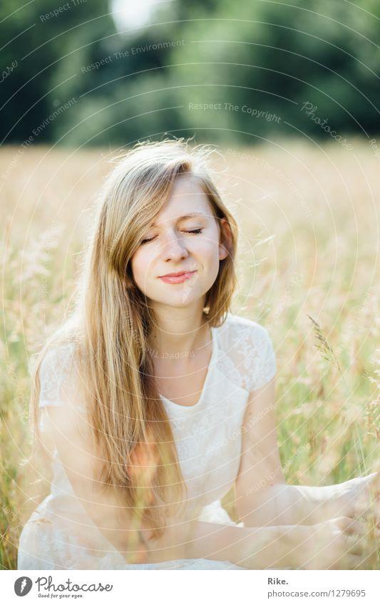 Stiller Moment. Mensch Natur Jugendliche schön Sommer Junge Frau Erholung ruhig 18-30 Jahre Gesicht Erwachsene Umwelt Gefühle natürlich feminin Gesundheit