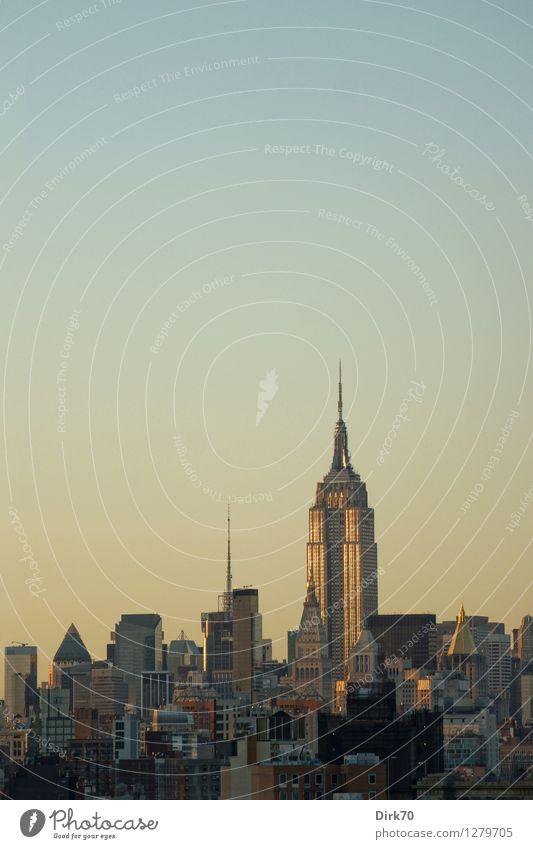 Klarer Himmel, Abendlicht in NYC Stadt Sommer Ferne Wärme Stil Freiheit Fassade Wohnung elegant Hochhaus ästhetisch groß einzigartig Schönes Wetter retro