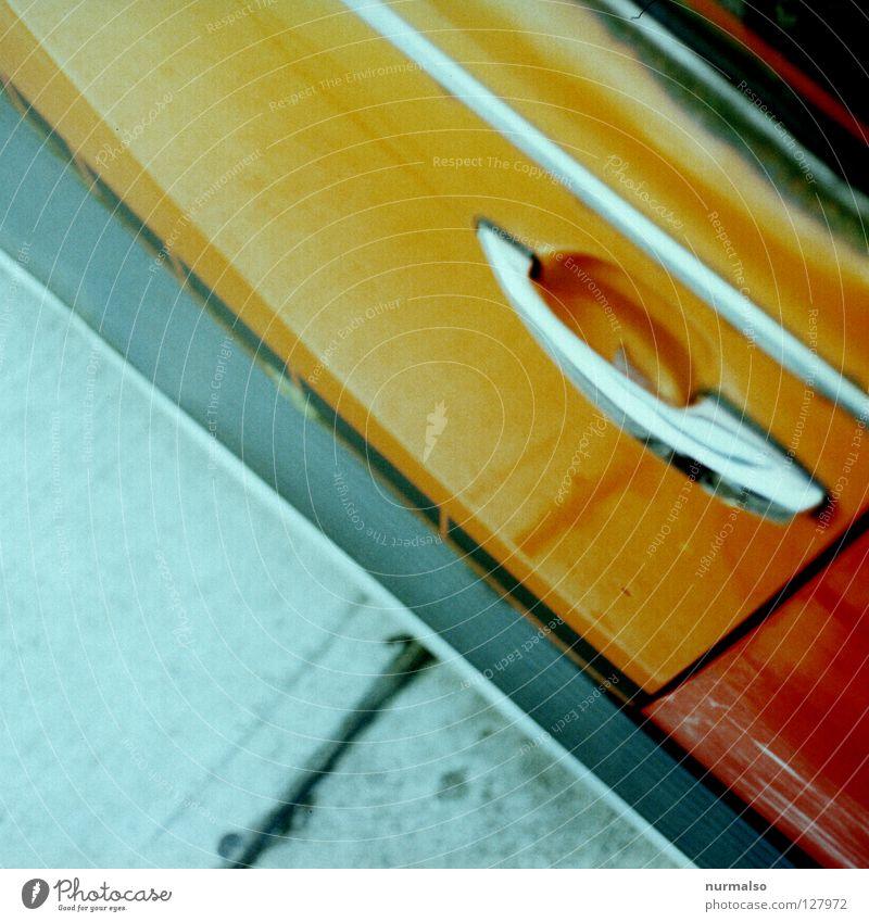 Griffbereit, Dudu's Handshaker Autotür Karosserie PKW Detailaufnahme Bildausschnitt Anschnitt parken Vogelperspektive Autolack glänzend orange Chrom