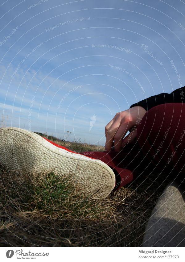 Have a Break Himmel Natur blau Hand rot Einsamkeit ruhig Erholung Gras Schuhe sitzen Freizeit & Hobby warten Ausflug Pause gemütlich