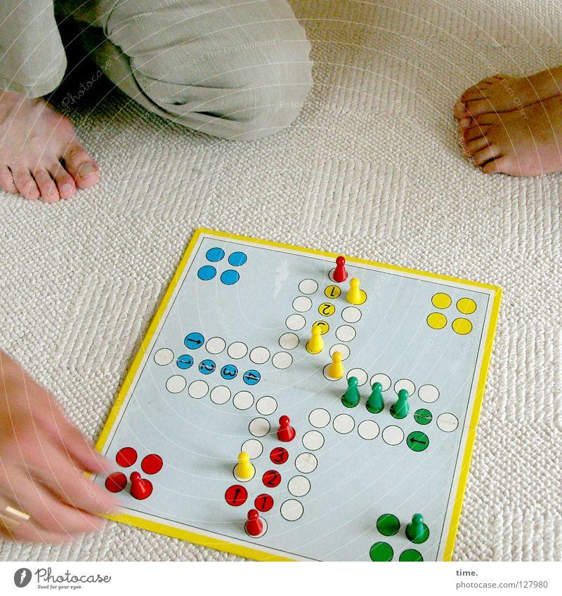 Glücksspiel Freude Freizeit & Hobby Spielen Brettspiel Raum Teppich Arbeit & Erwerbstätigkeit Hand Hut hocken sitzen Leidenschaft Spielsucht Regel Spielregel