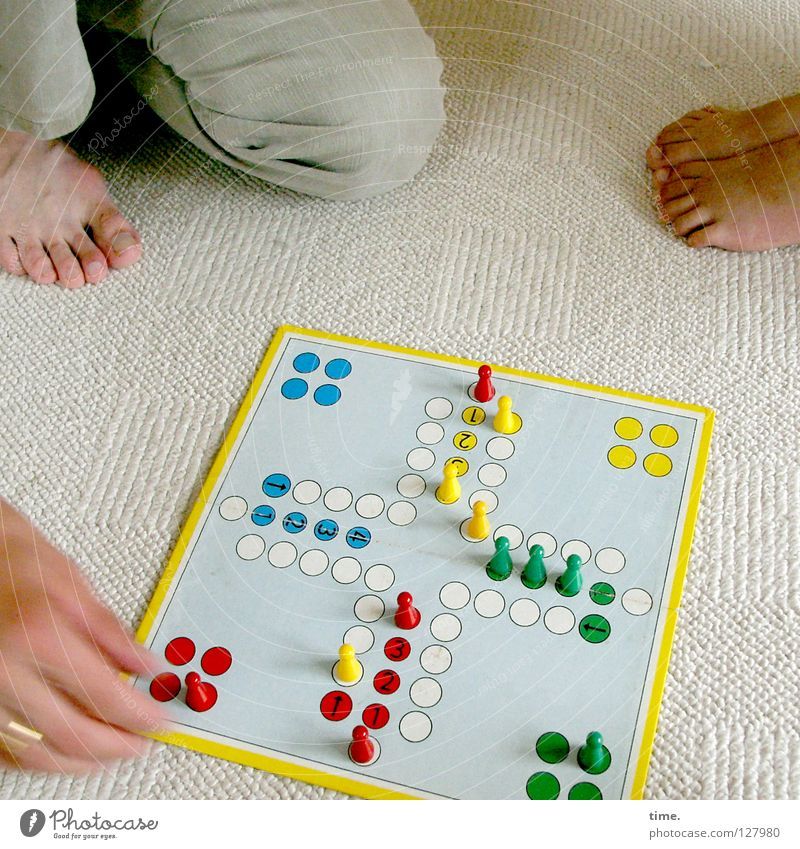 Glücksspiel Hand Freude Spielen Arbeit & Erwerbstätigkeit Freizeit & Hobby Raum sitzen Spielfeld Leidenschaft Hut Konstruktion Barfuß Teppich Spielfigur hocken