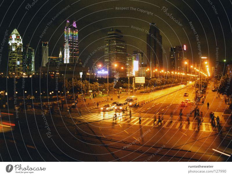 Nachtschwärmer Asien China Shanghai Nachtleben Verkehr Straßenverkehr Krach Verkehrsstau Licht Hochhaus Streetlife Strahlung Chinese Chinesisch grell Physik