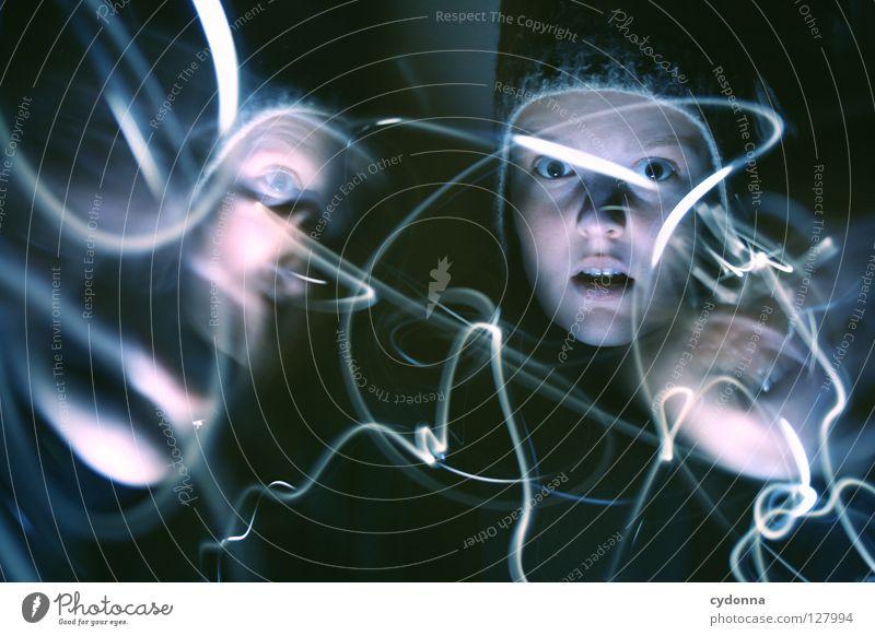 Geisterstunde I Ereignisse entdecken Licht Frau Mädchen stehen Gedanke Langzeitbelichtung Nacht Zeit gruselig Gefühle wahrnehmen außergewöhnlich paranormal